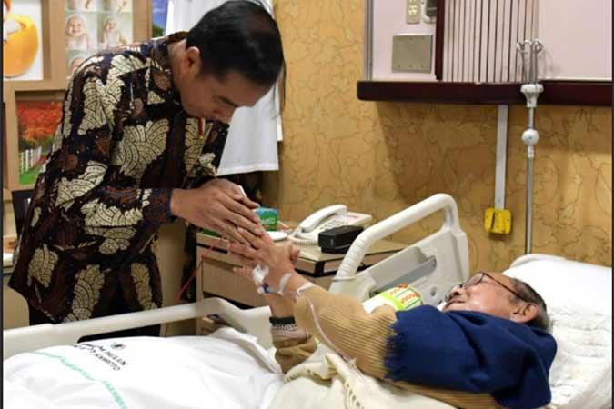 Presiden Jokowi saat menjenguk Presiden ke/3 RI BJ. Habibie pada Agustus lalu. (Foto: Setpres)