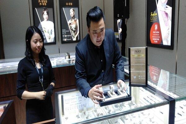 Sales Area Manager The Palace Nasional Jewelry Erwin Sugiarto saat menunjukkan koleksi perhiasan di store The Palace Semarang. - Bisnis/Alif Nazzala R.