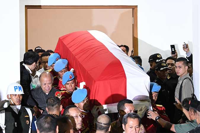 Sejumlah prajurit Pasukan Pengamanan Presiden mengangkat peti jenazah almarhum Presiden ke-3 RI, B.J. Habibie menuju mobil ambulans di Rumah Jenazah Rumah Sakit Pusat Angkatan Darat (RSPAD) Gatot Soebroto, Jakarta, Rabu (11/10). Antara - M Risyal Hidayat