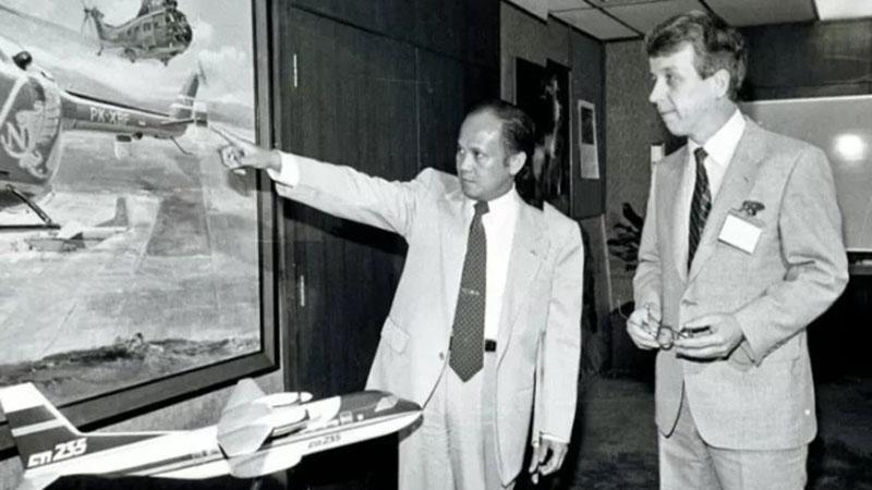 Menteri Negara Riset dan Teknologi B.J. Habibie (kiri) menjelaskan kepada tamunya Menteri Perdagangan dan Industri Finlandia Esko Ollila tentang pesawat helikopter dan pesawat CN235 hasil produksi pabrik Industri Pesawat Terbang Nurtanio yang dikerjakan putra-putri Indonesia di Gedung BPP Teknologi di Jakarta pada 26 Januari 1983. - Antara