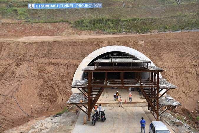 Pekerja mengecek terowongan kembar pada proyek pembangunan Jalan Tol Cileunyi-Sumedang-Dawuan (Cisumdawu) di Kabupaten Sumedang, Jawa Barat, Rabu (8/5/2019). - ANTARA/Puspa Perwitasari