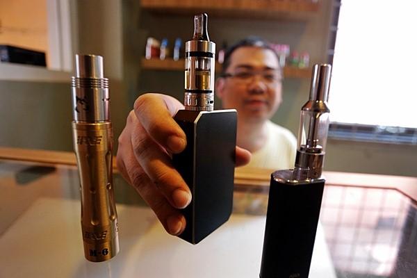 Pedagang memperlihatkan rokok elektronik (e-cigarette). - Antara
