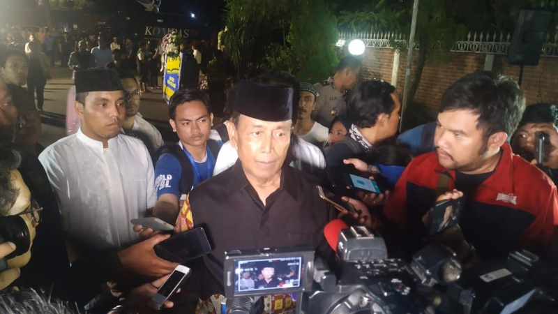 Menteri Koordinator Bidang Politik, Hukum dan Keamanan Wiranto berbicara kepada wartawan ketika tiba di rumah duka B.J. Habibie di Patra Kuningan, Jakarta Selatan, Rabu (11/9/2019). - Bisnis/Sholahuddin Al Ayyubi