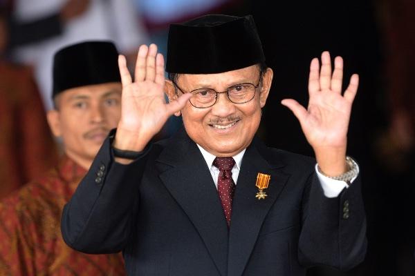 Presiden ketiga RI B.J. Habibie melambaikan tangan saat akan menghadiri Sidang Tahunan MPR Tahun 2015 di Kompleks Parlemen, Senayan, Jakarta, Jumat (14/8/2015). - ANTARA FOTO/Sigid Kurniawan