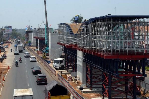 Aktivitas pembangunan jalan Tol Cimanggis-Cibitung di Cibubur, Jakarta. - Antara/Yulius Satria Wijaya.