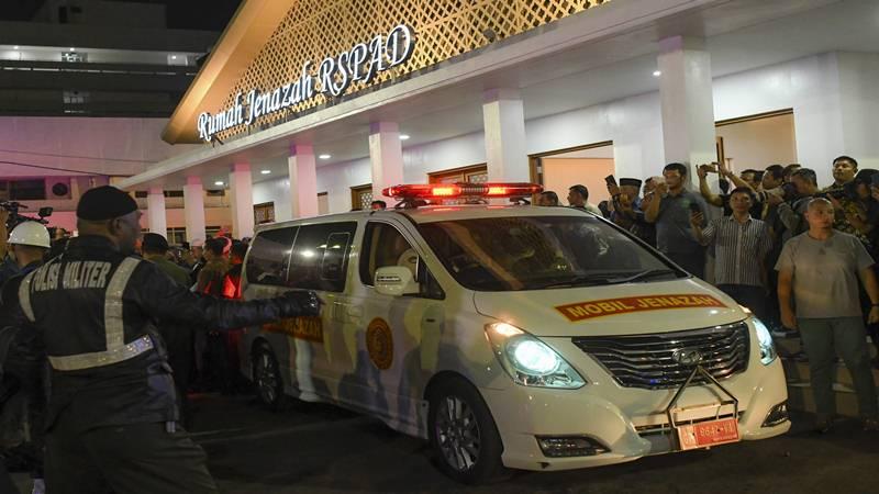 Mobil ambulans membawa peti jenazah almarhum Presiden ke-3 RI BJ Habibie di Rumah Sakit Pusat Angkatan Darat (RSPAD) Gatot Soebroto menuju rumah duka di Patra Kuningan, Jakarta, Rabu (11/9/2019). - Antara