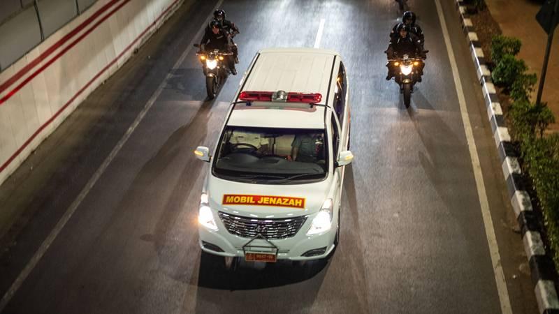 Iring-iringan kendaraan yang membawa jenazah mantan Presiden BJ Habibie melintas di Jalan HR Rasuna Said, Jakarta, Rabu (11/9/2019). Presiden ke-3 RI itu meninggal dunia setelah menjalani perawatan di RSPAD. - Antara