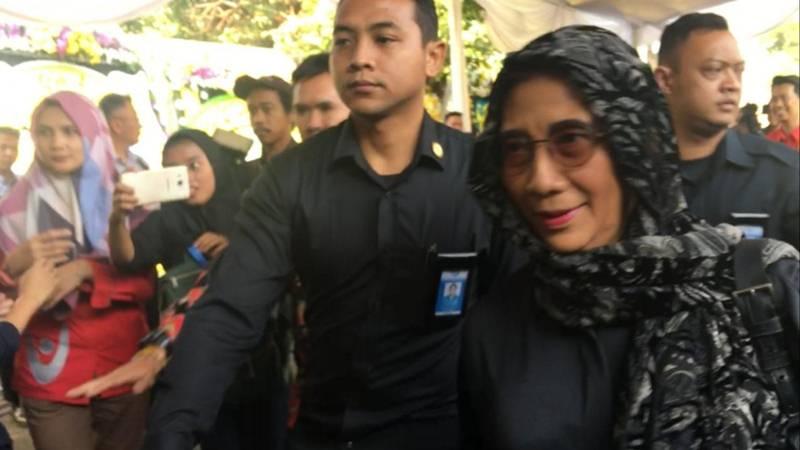 Menteri Kelautan dan Perikanan Susi Pudjiastuti melayat ke rumah duka almarhum Presiden Indoensia ke-3 BJ Habibie di kawasan Patra Kuningan Jakarta Selatan. JIBI/Bisnis - Ria Theresia Situmorang