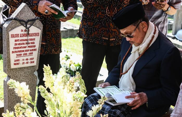 FOTO DOKUMENTASI. Presiden ke-3 RI B.J. Habibie berziarah ke makam istrinya, Hasri Ainun Habibie di Taman Makam Pahlawan Kalibata, Jakarta, Rabu (5/6/2019). Dalam ziarah tersebut Habibie memanjatkan doa-doa dengan khusyuk./Antara-Rivan Awal Lingga/hp - foc.