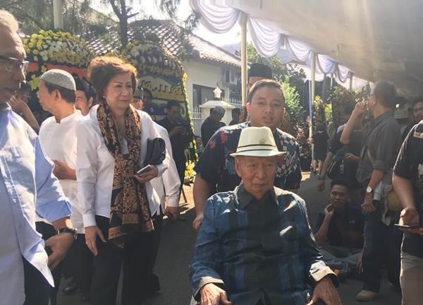 Pemilik perusahaan Ciputra Grup Ir. Ciputra saat berada di rumah duka keluarga B.J. Habibie di kawasan Patra, Kuningan, Jakarta Pusat - Bisnis/Akbar Evandio