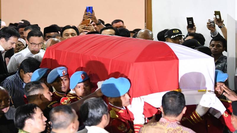 Sejumlah prajurit Pasukan Pengamanan Presiden (Paspampres) mengangkat peti jenazah dari almarhum Presiden ke-3 RI, BJ Habibie menuju mobil ambulans di Rumah Jenazah Rumah Sakit Pusat Angkatan Darat (RSPAD) Gatot Soebroto, Jakarta, Rabu (11/9/2019). - Antara