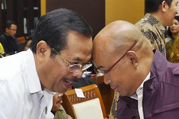 Jaksa Agung HM Prasetyo (kiri) bertemu Wakil Ketua Komisi III DPR Desmond J Mahesa sebelum mengikuti rapat kerja di Kompleks Parlemen, Senayan, Jakarta, Senin (16/10). - ANTARA/Akbar Nugroho Gumay