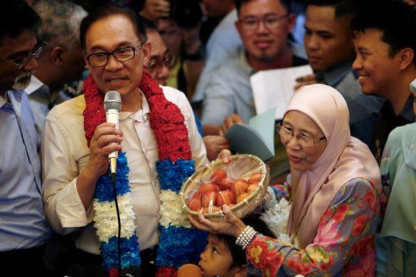 Wan Azizah (kanan) dan suaminya yang juga politisi Malaysia Anwar Ibrahim. - Reuters