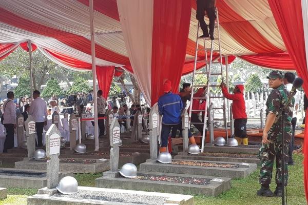 Sejumlh petugas melakukan persiapan pemakaman Presiden Ke-3 RI B.J. Habibie di TMP Kalibata Jakarta Selatan, Kamis (12/9/2019) - Bisnis/Feni Freycinetia