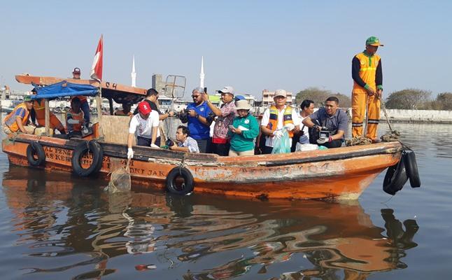 Aksi bersihkan laut dan pantai di Pelabuhan Sunda Kelapa Jakarta, Kamis (12/9/2019). BISNIS - Putri Salsabila