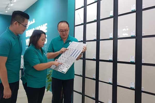 Dari kiri-kanan, Branch Manager Creative Lab by Niro Granite Surabaya Michael Widjaja, Marketing Manager Niro Granite Indonesia Desi Natalia dan CEO Niro Granite Indonesia David Tan saat peresmian Creative Lab by Niro Granite di Surabaya, Kamis (12/9 - 2019).
