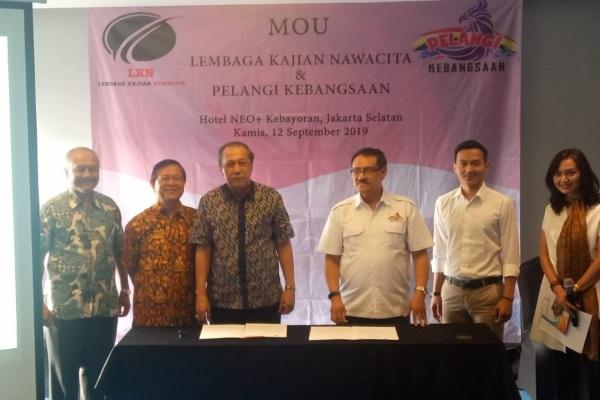 Ketua Umum Lembaga Kajian Nawacita (LKN) Samsul Hadi (ketiga kanan) saat menandatangani kerja sama dengan Ketua Umum Pelangi Kebangsaan Johanes W Nurwono (ketiga kiri). - Istimewa