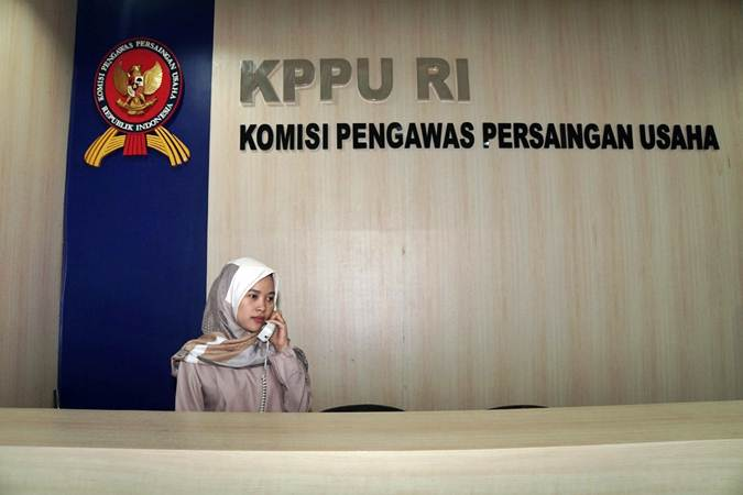 Karyawati menerima telepon di kantor Komisi Pengawas Persaingan Usaha (KPPU), di Jakarta, Kamis (18/7/2019). - Bisnis/Himawan L Nugraha