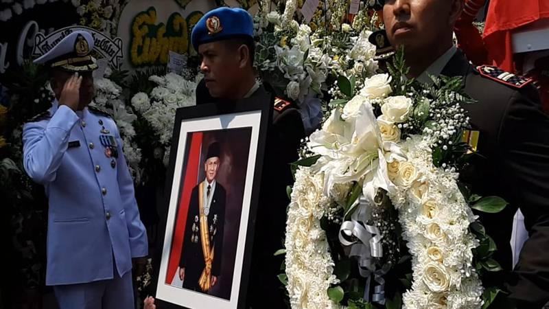 Peti jenazah Presiden RI ke-3 B.J. Habibie dibawa menuju TMP Kalibata dari Patra Jasa Kuningan Jakarta Selatan, Kamis (12/9/2019). JIBI/Bisnis - Ria Theresia Situmorang