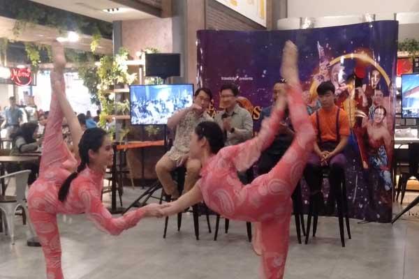 Para pemain sirkus The Great 50 Show sedang berunjuk kebolehan di DP Mal Semarang - Alif