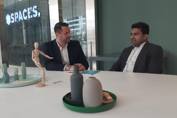 Head of Partnership Growth IWG Matthew Kenley (kiri) dan Country Head IWG Malaysia, Indonesia, dan Brunei Vijaykumar Tangrasan berbincang seusai media interview di Jakarta, Kamis (12/9/2019). - Bisnis/Mutiara Nabila