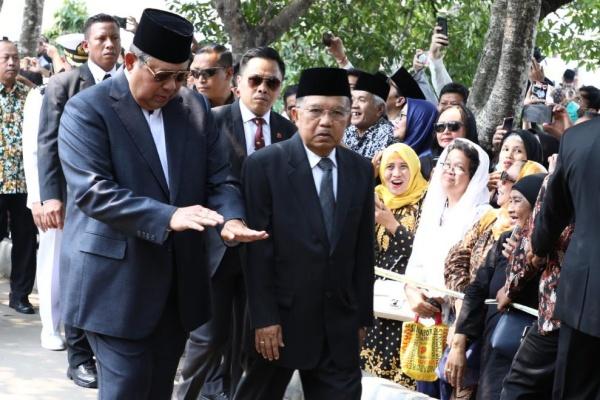 Presiden Ke-6 RI Susilo Bambang Yudhoyono dan Wapres Jusuf Kalla berjalan di TMP Kalibata Jakarta Selatan untuk menghadiri upacara pemakaman Presiden Ke-3 RI B.J. Habibie, Kamis (12/9/2019) - Istimewa