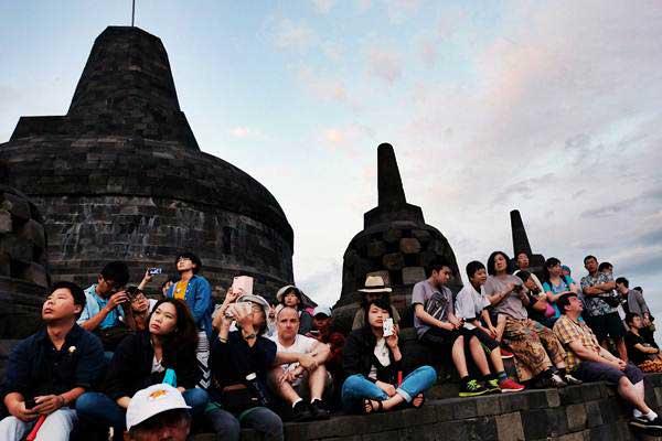 Pengunjung menyaksikan matahari terbit pertama tahun 2019 di Taman Wisata Candi (TWC) Borobudur, Magelang, Jawa Tengah, Selasa (1/1/2019). Borobudur ditetapkan sebagai pusat pengembangan pariwisata Jateng. - Antara/Anis Efizudin