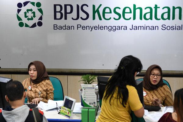 Petugas melayani warga di Kantor Pelayanan BPJS Kesehatan Jakarta Pusat, Matraman, Jakarta, Selasa (3/8/2019). Pemerintah akan menerapkan kenaikan iuran BPJS Kesehatan pada 1 Januari 2020 terhadap peserta non Penerima Bantuan Iuran (PBI) yakni dari sebelumnya Rp80.000 menjadi Rp160.000 untuk kelas I dan dari sebelumnya Rp51.000 menjadi Rp110.000 untuk kelas II. - Antara/Aditya Pradana Putra