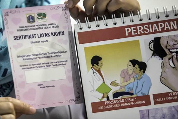 Petugas Puskesmas memberikan konseling dan pemeriksaan kesehatan bagi calon pengantin yang ingin membuat sertifikat layak kawin di Puskesmas Sawah Besar, Jakarta, Rabu (16/1/2019). - ANTARA/Muhammad Adimaja