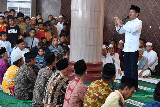 Presiden Joko Widodo memberikan sambutan di sela-sela penyerahan sertifikat tanah wakaf di Masjid Istiqlal, Bandarjaya, Lampung Tengah, Lampung, Jumat (8/3/2019). - ANTARA/Wahyu Putro A