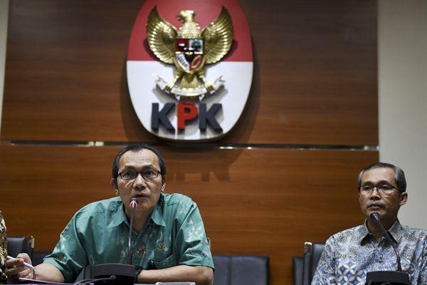 Wakil Ketua KPK Saut Situmorang (kiri) dan Alexander Marwata memberikan keterangan pers mengenai OTT di Bengkulu, di gedung KPK, Jakarta, Rabu (21/6). - Antara/Hafidz Mubarak A
