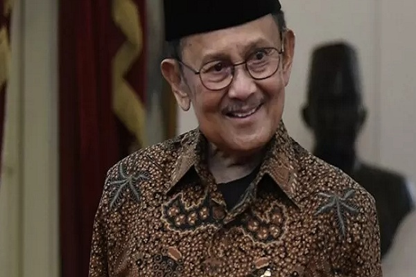 Presiden ketiga RI BJ Habibie usai melakukan pertemuan tertutup di Istana Merdeka, Jakarta, Jumat (24/5/2019).  - Antara