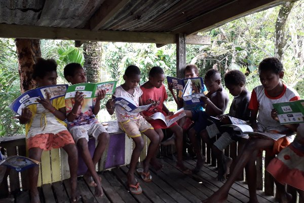 Anak-anak membaca buku-buku di Taman Baca Joronep, Desa Tsinga, Kecamatan Tembagapura, Kabupaten Timika, Papua. Taman baca menjadi fasilitas pendukung pendidikan untuk meningkatkan semangat belajar siswa-siswa di Desa Tsinga. - Istimewa