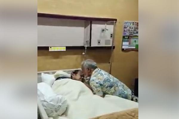 mantan Presiden Timor Leste, Xanana Gusmao, menjenguk dan mencium kening B.J. Habibie saat dirwat di RSPAD Gatot SUbroto. - Facebook @Alif Rafik Khan