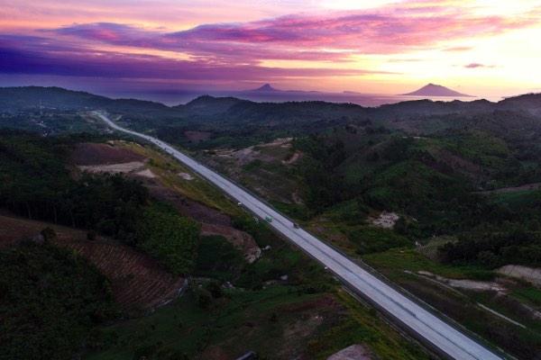 Foto udara jalan tol ruas Bakauheni-Terbanggi Besar, sepanjang 149,9 km. Jalan yang lurus sering membuat pengemudi mudah mengantuk. - Bisnis/Abdullah Azzam