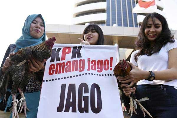 Masyarakat yang tergabung dalam Koalisi Pemantau Angket KPK (Kompak) membawa ayam jago saat menggelar aksi di depan gedung KPK, Jakarta, Rabu (2/8). - ANTARA/Hafidz Mubarak A