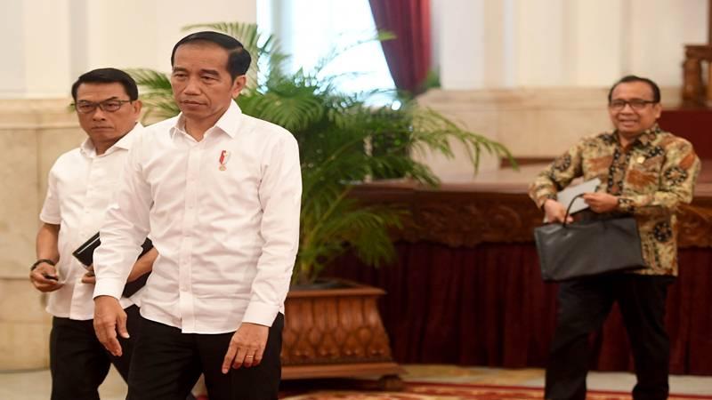 Presiden Joko Widodo (tengah) didampingi Kepala Staf Kepresiden Moeldoko (kiri) dan Mensesneg Pratikno (kanan) berjalan meninggalkan ruangan usai menyampaikan keterangan terkait revisi UU KPK di Istana Negara, Jakarta, Jumat (13/9/2019). - Antara