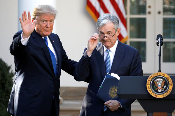 Presiden AS Donald Trump (kiri) bersama Jerome Powell, Gubernur The Fed. - Reuters/Carlos Barria