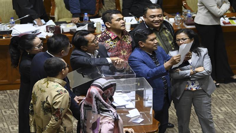 Anggota komisi III DPR melakukan voting saat proses pemilihan calon Pimpinan KPK di Komisi III, komplek Parlemen, Senayan, Jakarta, Jumat (13/09/2019). - Antara