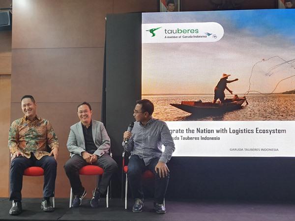 Direktur Kargo dan Pengembangan Usaha PT Garuda Indonesia Tbk. Mohammad Iqbal (kanan ke kiri) bersama Ketua Umum Asosiasi Logistik Indonesia (ALI) Zaldy Ilham Masita, dan CEO J&T Express Indonesia Robin Lo saat meresmikan Tauberes, Rabu (11/9 - 2019). BISNIS / Rio Sandy Pradana