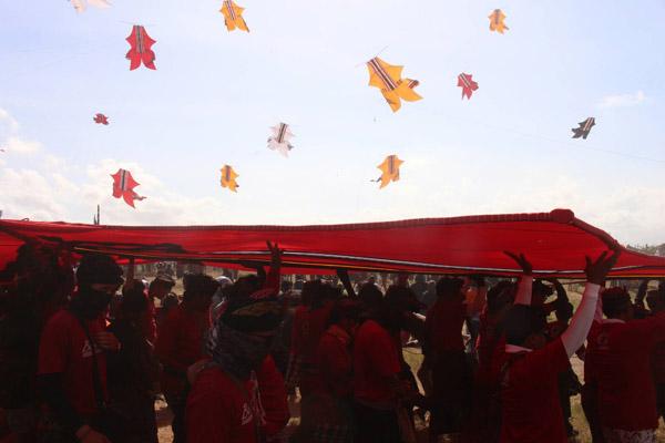 Masyarakat Bali mengikuti Festival Layang-Layang ke-40 yang diadakan di Padang Galak, Sanur, Denpasar pada Minggu (1/7/2018). - Bisnis/ Ni Putu Eka Wiratmini