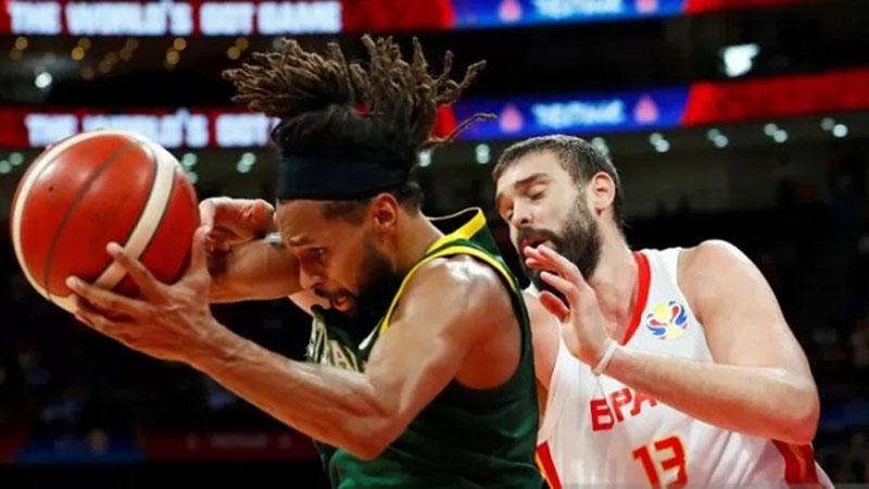 Pebasket Spanyol Marc Gasol (kanan) berusaha mencuri bola dari penguasaan pemain Australia Patty Mills dalam laga semifinal Piala Dunia Basket 2019 di Beijing, China, Jumat (13/9/2019). - Reuters/Thomas Peter
