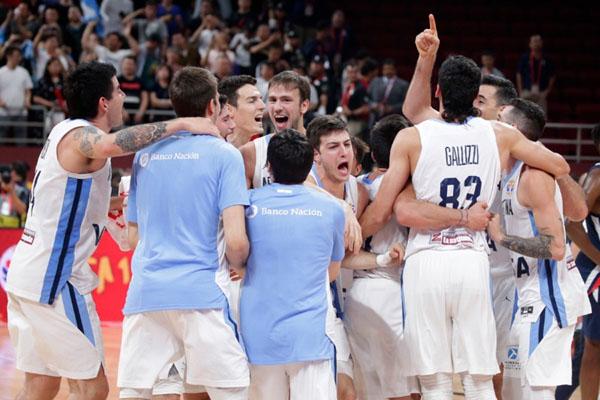 Timnas Argentina merayakan kemenangan atas Prancis dalam semifinal Piala Dunia Basket 2019 di Beijing, China, pada Jumat (13/9/2019). - Reuters/Jason Lee
