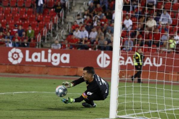Kiper Mallorca Manolo Reina menggagalkan eksekusi penalti penyerang Bilbao Aduriz Aduriz (tak terlihat) pada menit terakhir. - Twitter RCDMallorca
