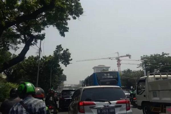 Ilustrasi polusi udara menutupi langit Jakarta yang seharusnya terlihat cerah berawan namun tampak seperti berawan, Kamis (12/9/2019). - Antara