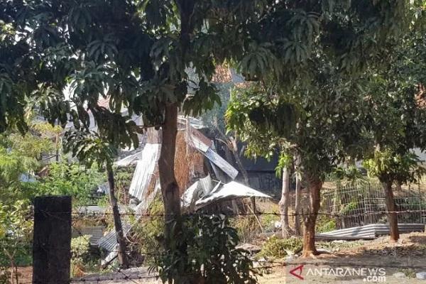 Gudang penyimpanan bahan peledak dan bom temuan dari masyarakat yang disimpan markas Brimob Polda Jateng yang meledak, Sabtu (14/9/2019) pagi. - Antara