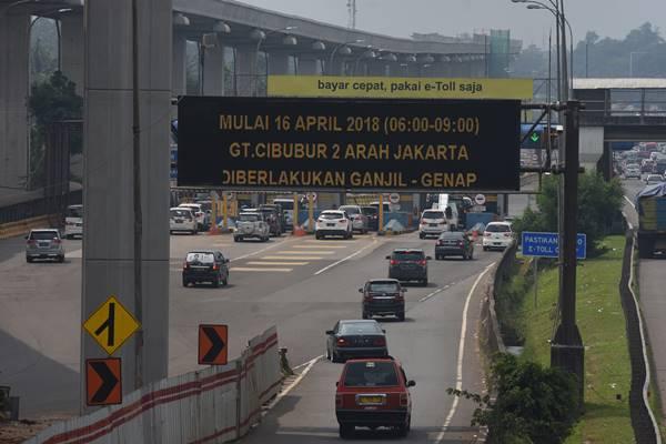 Sejumlah kendaraan melaju di Gerbang Tol Cibubur 2 Tol Jagorawi di Jakarta, Minggu (15/4/2018). - Antara