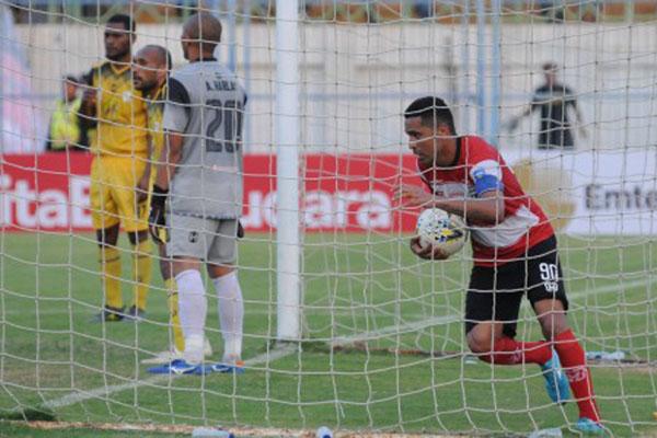 Penyerang Madura United Beto Goncalves (kanan) memungut bola dari gawang Barito Putera setelah mencetak gol. - Antara/Saiful Bahri