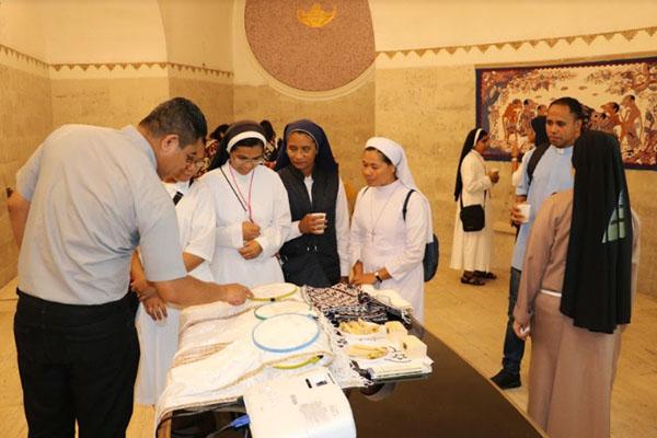 Pelatihan membatik bagi para rohaniwan dan rohaniwati Katolik di Napoli, Italia. - Istimewa