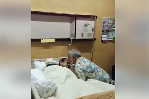 mantan Presiden Timor Leste, Xanana Gusmao, menjenguk dan mencium kening B.J. Habibie saat dirwat di RSPAD Gatot SUbroto. - Facebook @Alif Rafik Khan